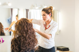 how much money does a cosmetologist make per year